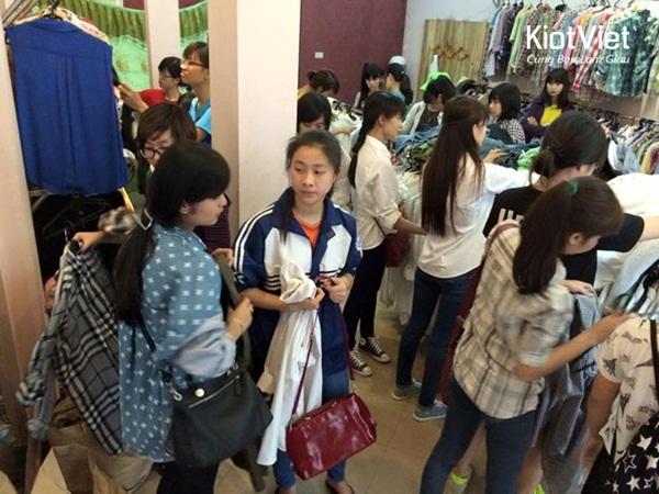 Kinh-doanh-quan-ao-hang-thung-hut-khach 1