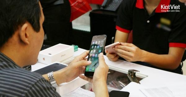 kinh-doanh-iphone-cu-mieng-banh-khong-he-de-xoi