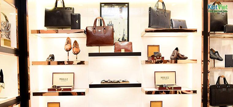 Quầy kệ để trưng bày túi xách trong cửa hàng là điều cần thiết